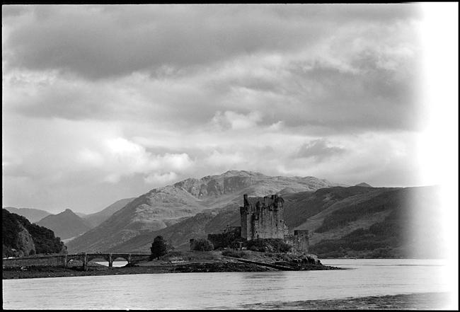Photo noir et blanc du paysage des Highlands avec des nuages menaçants