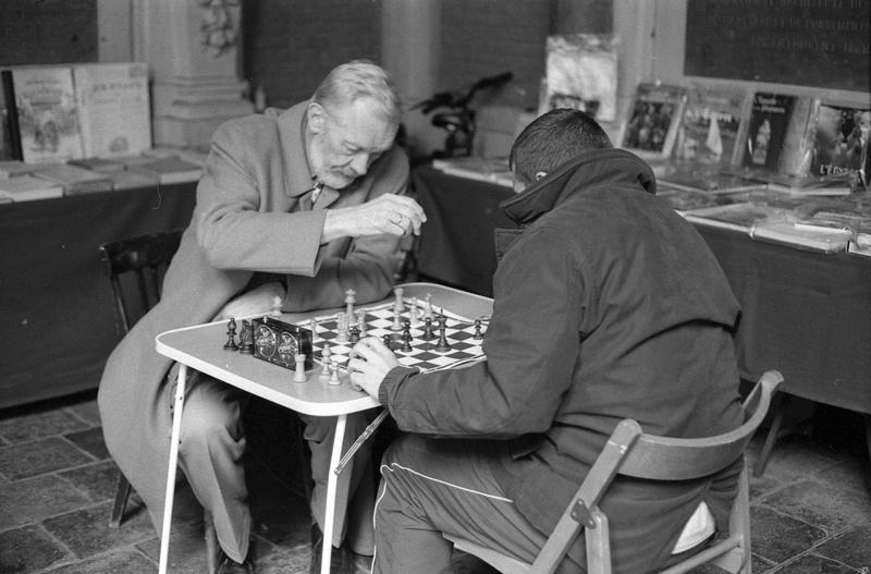 photo noir et blanc classique  joueur échec