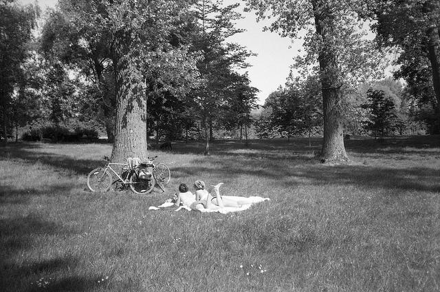 jeunes filles allongées dans le parc photographie argentique