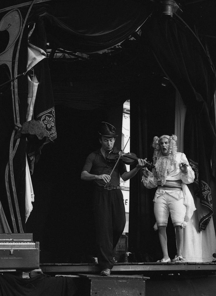 le-roi-et-le-violoniste-photographie-noir-et-blanc-allegorie-du-pouvoir-et-de-linsoumission