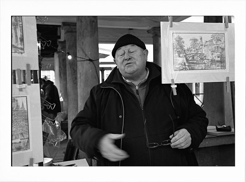 vendeur de lithos photo nb argentique - portrait de rue