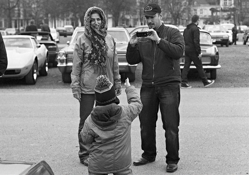 Instant de vie dans la rue - Photographie noir et blanc argentique
