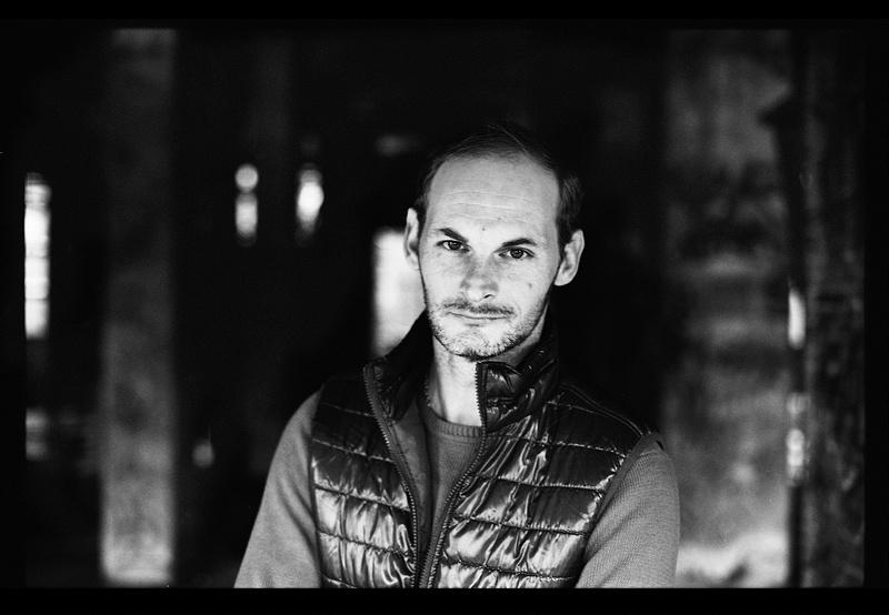 portrait-friche-industrielle-acteur-noir-et-blanc-kodak