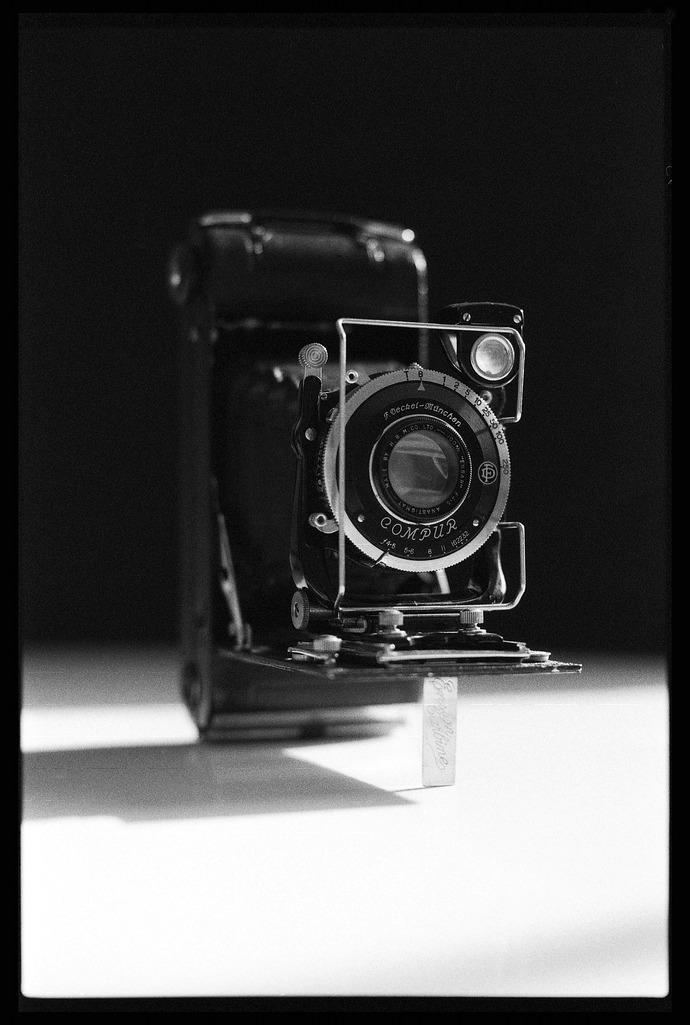 ancien-appareil-photo-a-soufflet-ilford-fp4-perimee