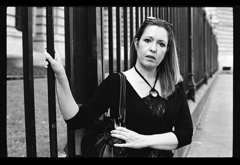 portrait de rue femme en noir et blanc argentique