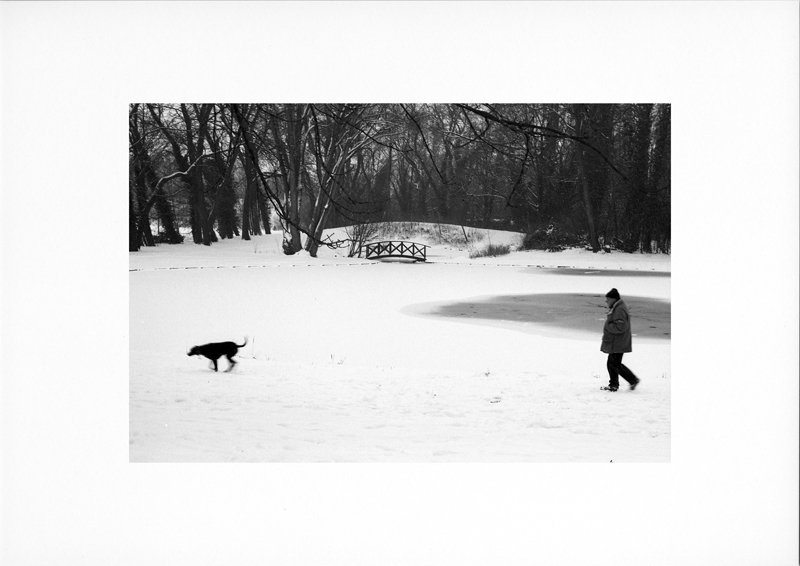 photographie argentique - tirage noir et blanc - Promeneur dans la neige