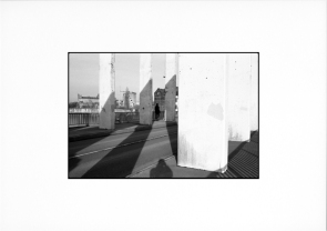 photographie argentique - tirage noir et blanc - photo de rue - Silhouette sur le pont
