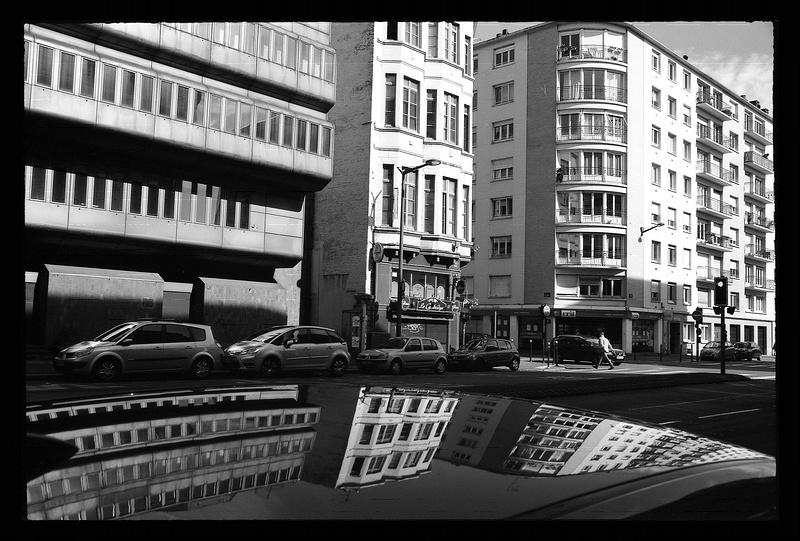 reflets-immeubles-sur-carrosserie-noir-et-blanc-argentique