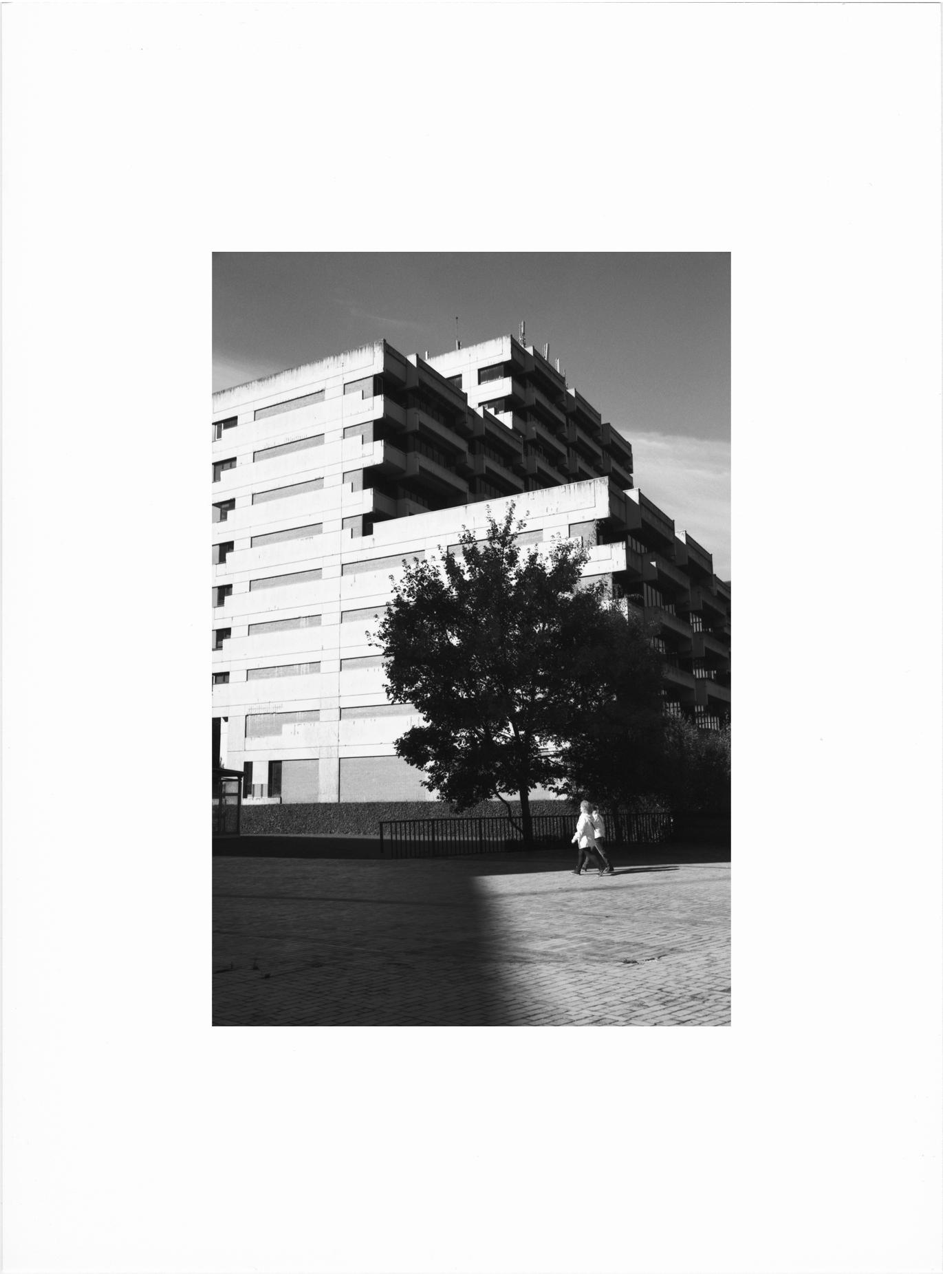 Contrastes urbains en noir et blanc argentique Lille
