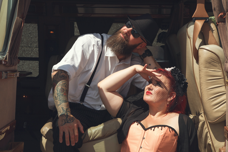 couple pin-up barbu tatoué fille se scène et american driver