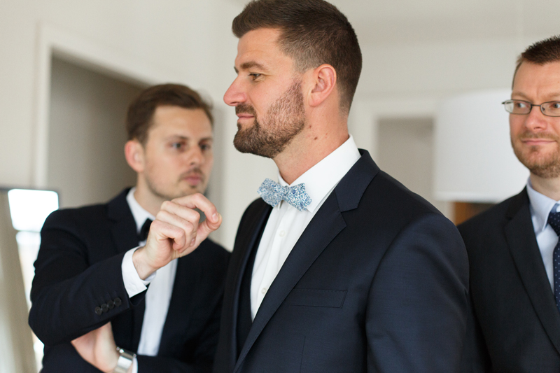 futur marié en costume habillage photographe mariage Lille