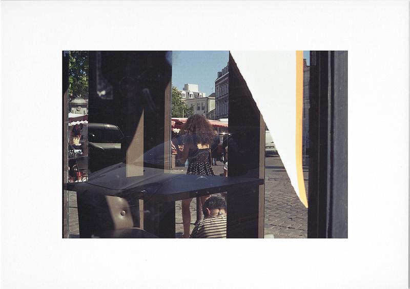 Tirage couleur argentique photo de rue à travers une vitrine