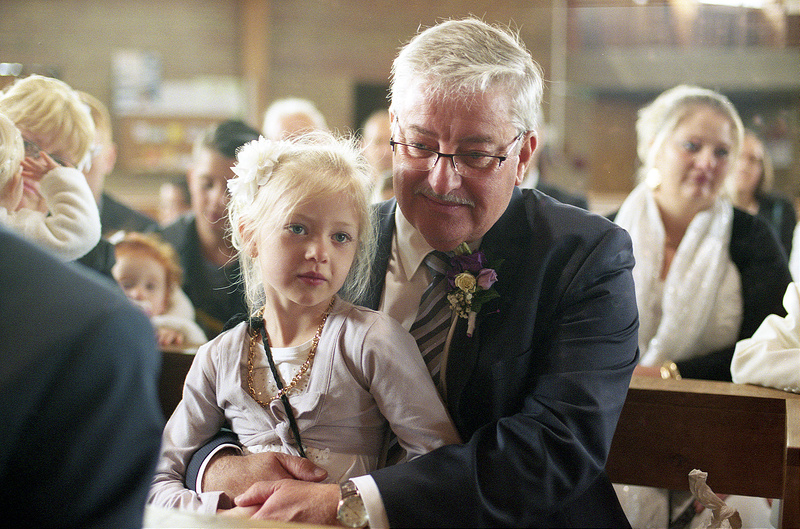 Portrait petite fille et son grand pere mariage