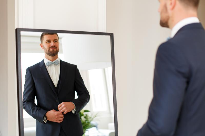 habillage futur marié devant miroir