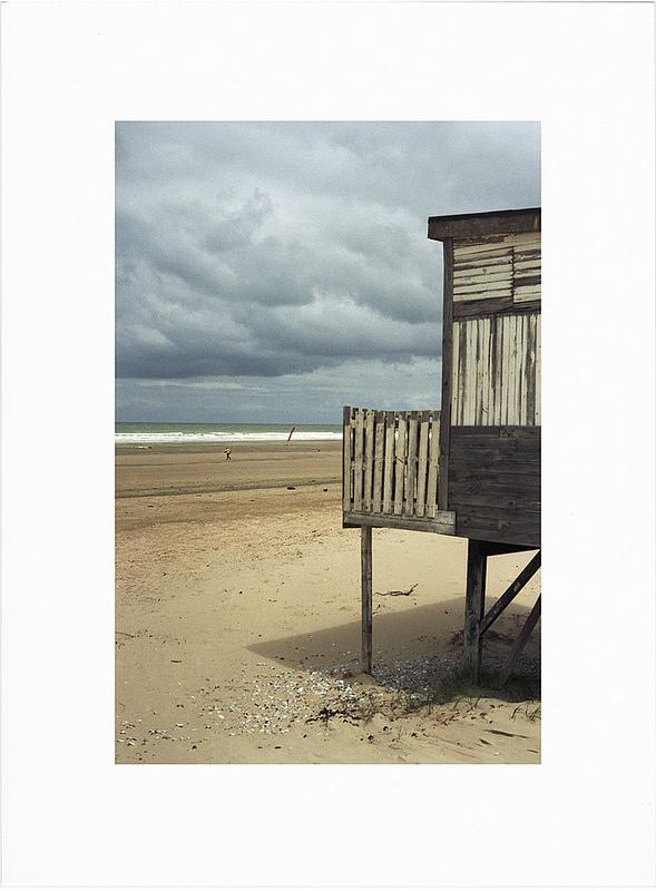 photo couleur plage cote Opale ciel orage cabanon ancien