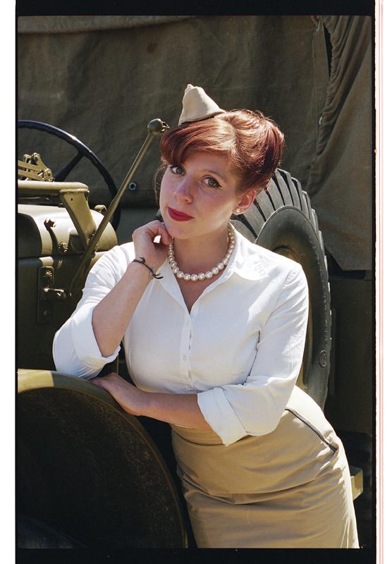 photo retro 50 femme militaire Nord habits époque