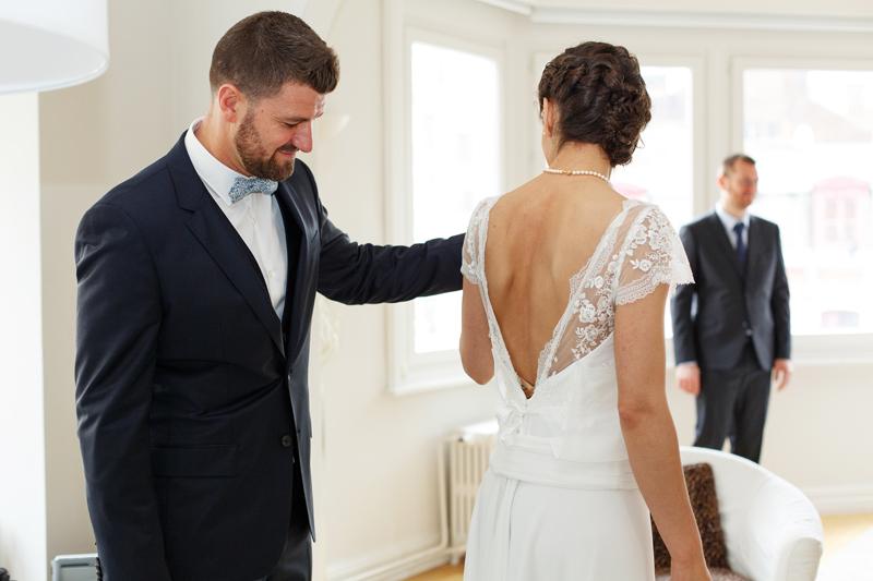 surprise du marié devant la tenue de sa future épouse