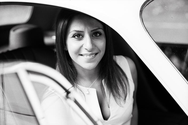 engament-futurs-maries-noir-et-blanc-argentique-voiture-collection