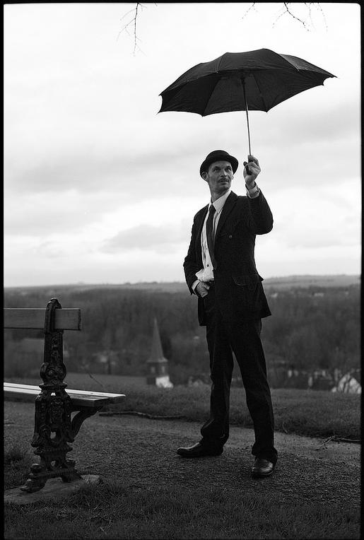 photo-argentique-style-anglais-homme-au-parapluie