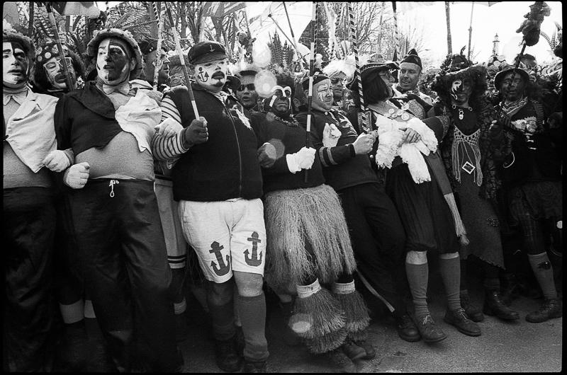 Les carnavaleux de Bergues photographie noir et blanc argentique