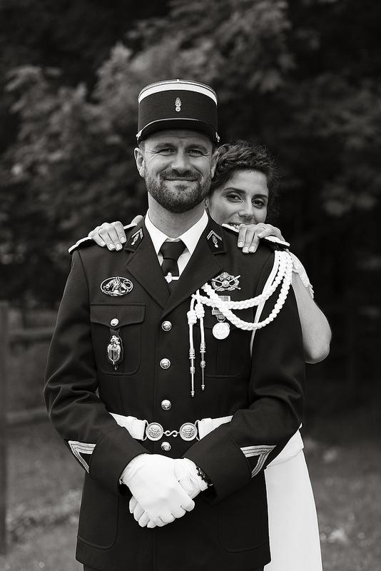 La tenue de cérémonie du gendarme inspire le photographe. Les belles photos  souvenirs deviennent tellement faciles avec un couple aussi charmant.