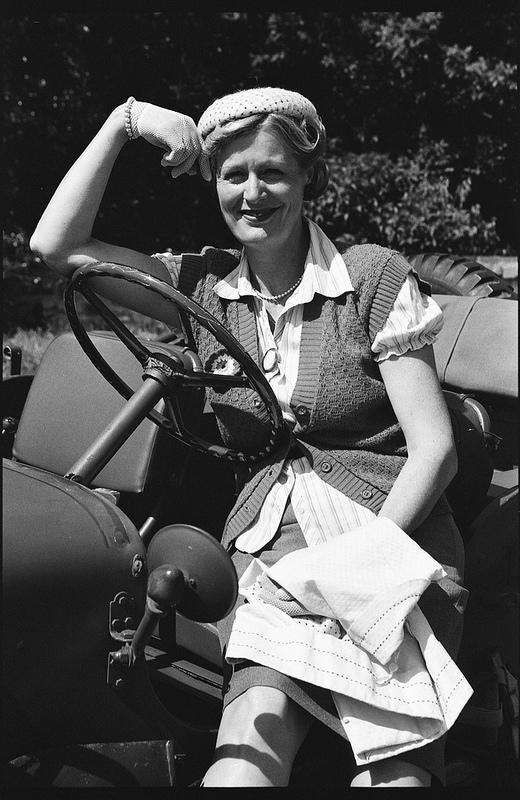 Portrait noir et blanc style après guerre jeep américaine costume d'époque