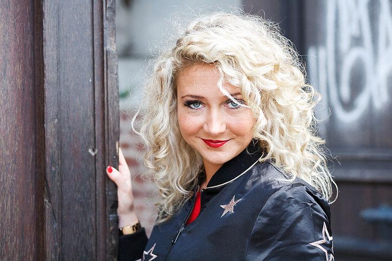 Portrait couleurs chaudes femme blonde et blouson noir