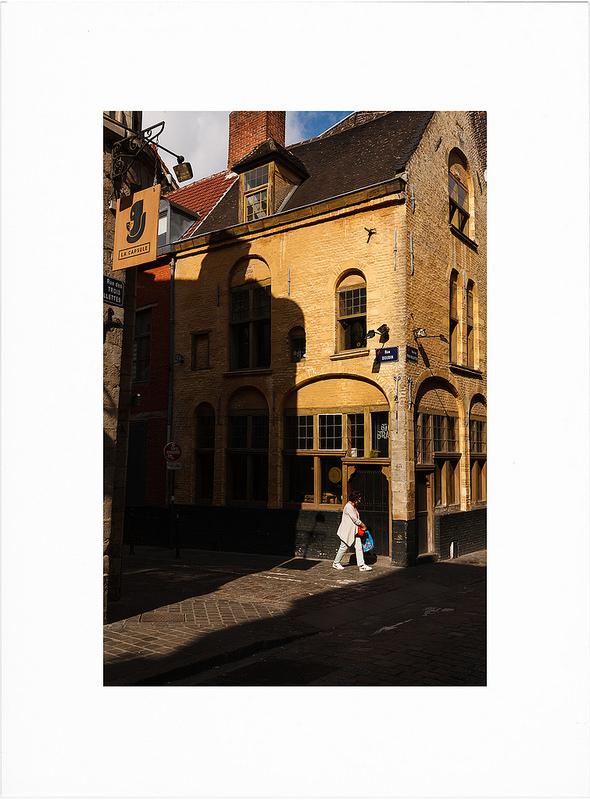 Attendre la lumière - photographie de rue couleur