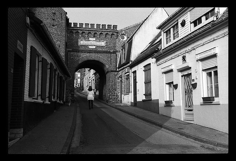 Photographie noir et blanc argentique - Dans la rue avec le Pentax P30n - vieilles rues du Nord