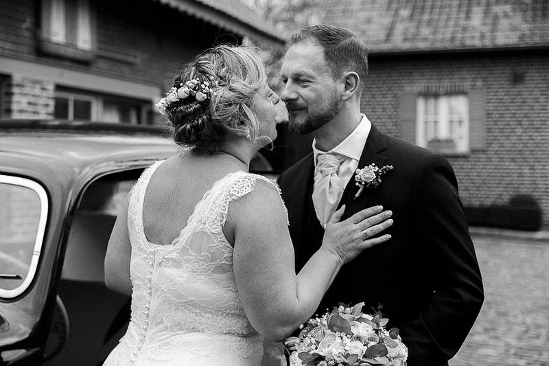 Photographie noir et blanc à l'ancienne d'un couple marié - Photo mariage style rétro à Lille