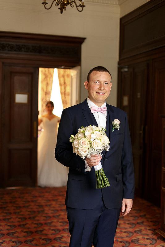 remise du bouquet du marié à la mariée au château