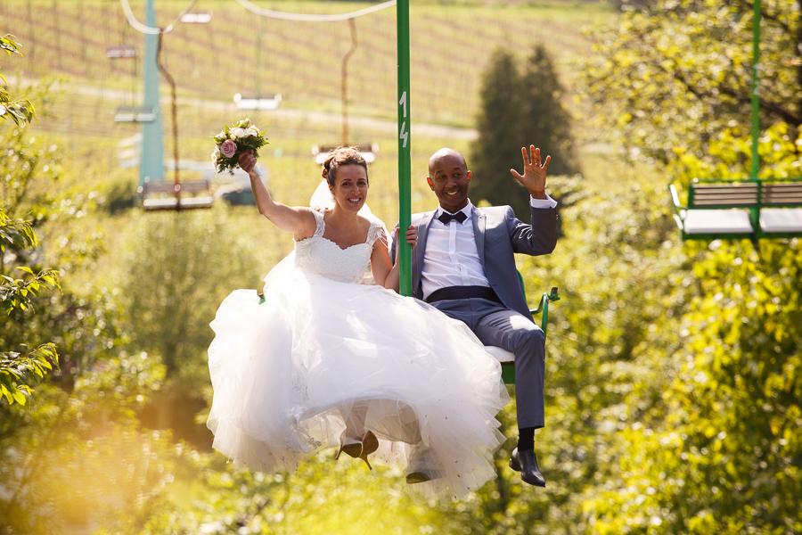 photo originale des mariés en télésiège