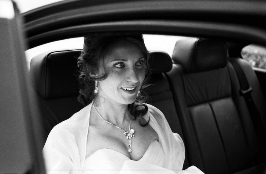 photo d'une mariée en voiture