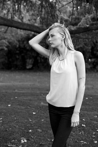 portraits noir et blanc en lumière naturelle Lille. Photographe professionnel mode et famille.