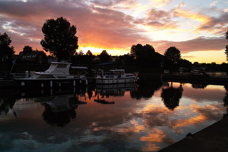 Photographier un ciel spectaculaire avec un beau lever de soleil. Photographie de paysage au petit matin avec couleurs automnales