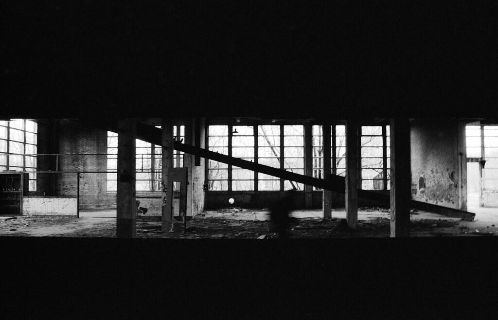 Exploration urbaine en noir et blanc argentique