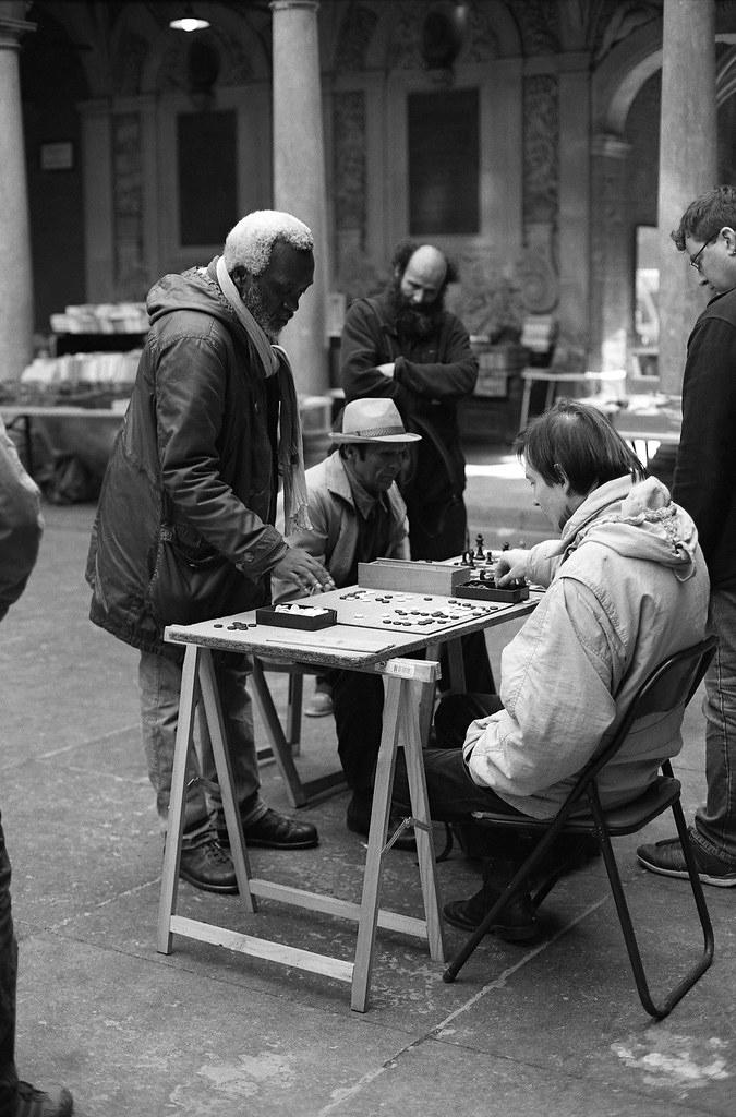 Photographier la vie des gens simples dans la rue en noir et blanc argentique
