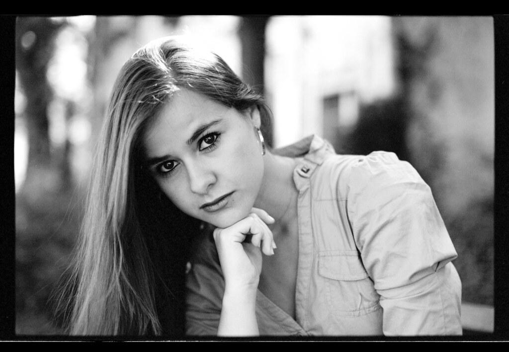 Portrait en noir et blanc d'une jeune femme brune aux yeux noir d'origine argentine.
