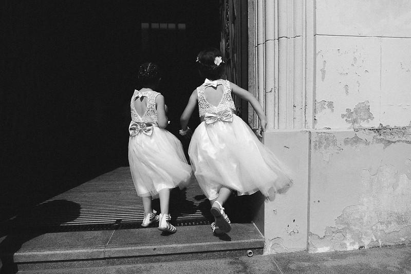 demoiselles d'honneur à l'entrée de la mairie. Photographie noir et blanc en action.