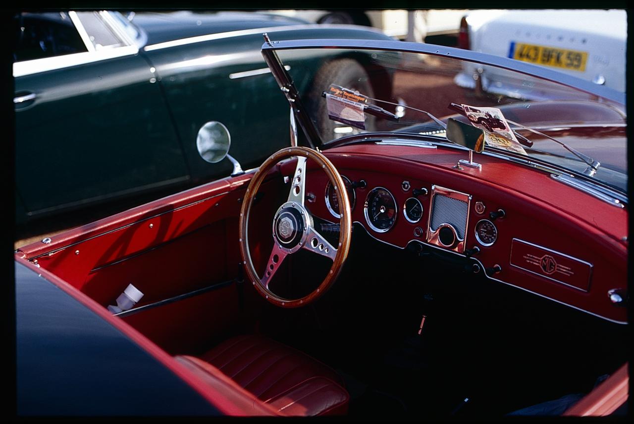 Diapositive Fuji Sensia - Photographie volant voiture de collection - expo voitures anciennes - photographie vintage et couleurs numérisées - scan alternatif photo slide