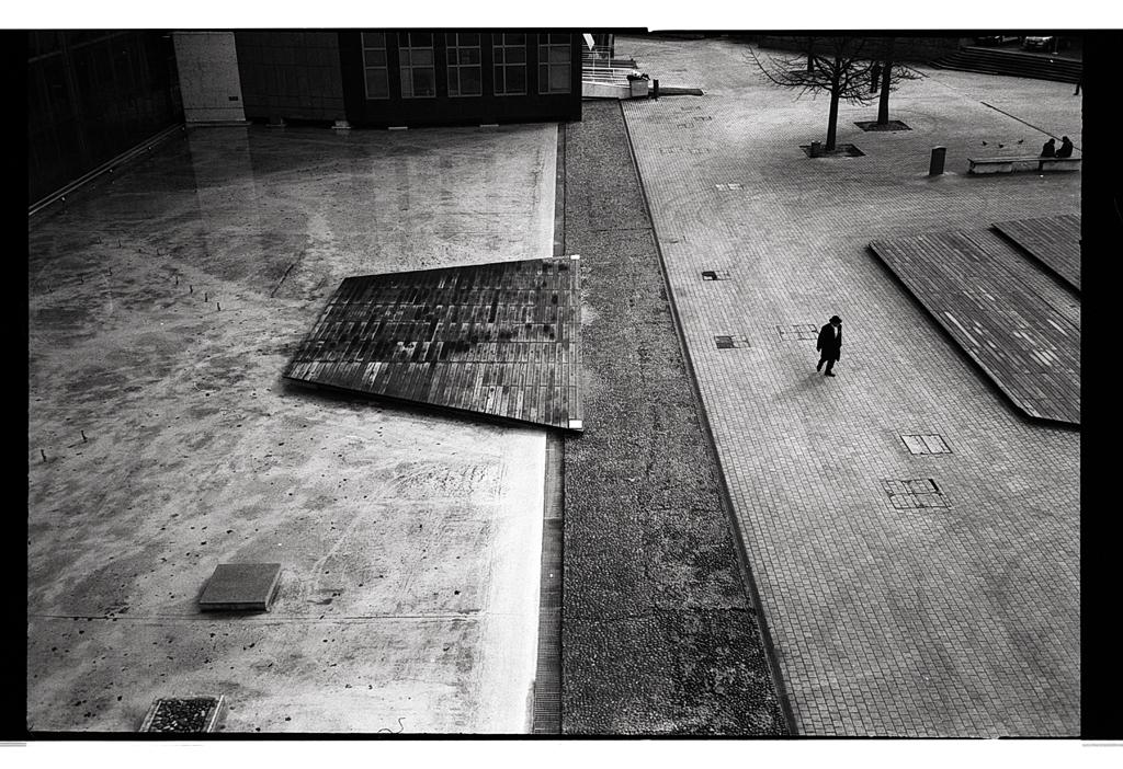 Lille - L'homme dans la ville - photographie noir et blanc argentique en vente dans la boutique tirages