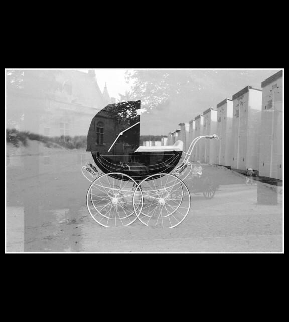 landau vintage sur plage - photographie noir et blanc argentique -