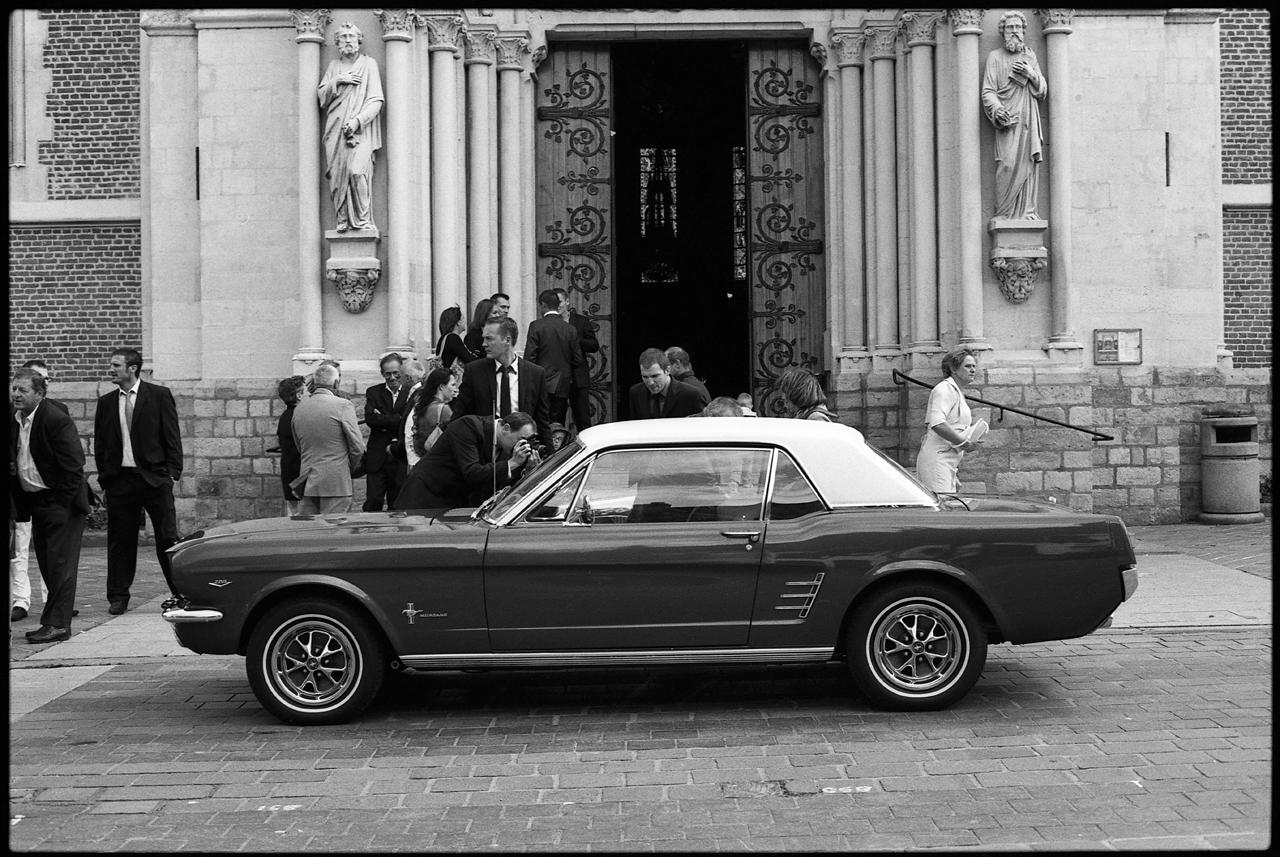 Photographie noir et blanc - Mustang à la sortie de l'Eglise