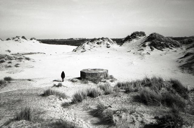 Photographies argentiques - photos de dunes - plage - Je n'ai pas encore foulé le sable cet hiver. Pourtant, j'adore marcher le long de la côte et photographier le littoral en noir et blanc, surtout quand le vent balaye les dunes. C'est en hiver que le paysage côtier a le plus de charme.
