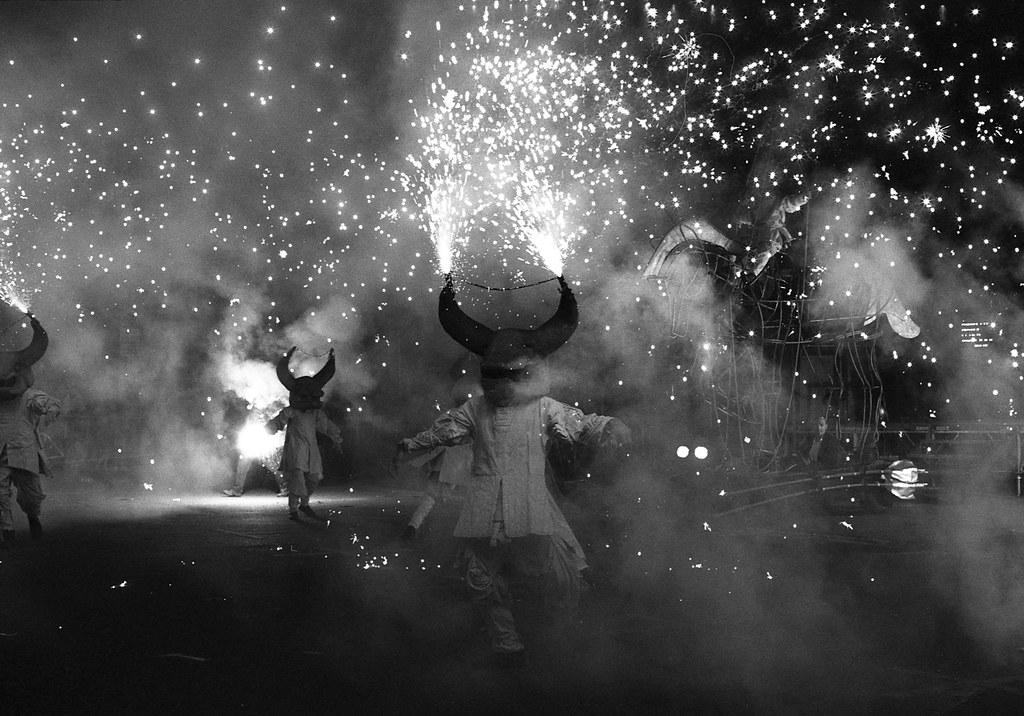 Photo feux de bengale en noir et blanc la nuit - spectacle de rue