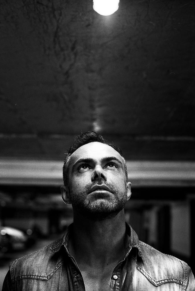 Portrait en sous sol et lumière artificielle - Photographie argentique Kodak TMAX 400