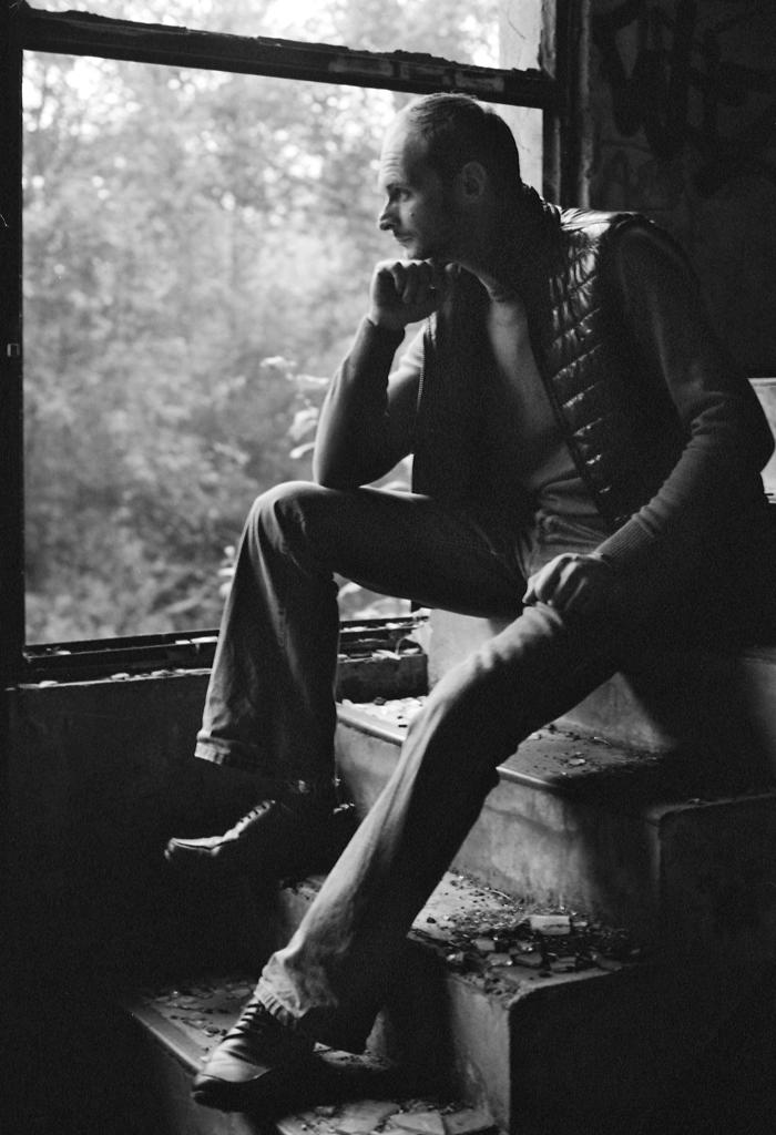 Portrait noir et blanc lumière faible fenêtre escaliers - technique prise de vue vitesse lente et grande ouverture - mesure de la lumière 18% de gris astuces de photographe comment photographier face à la lumière et conserver des ombres ouvertes contrastes bien gérés et dynamique de la pellicule