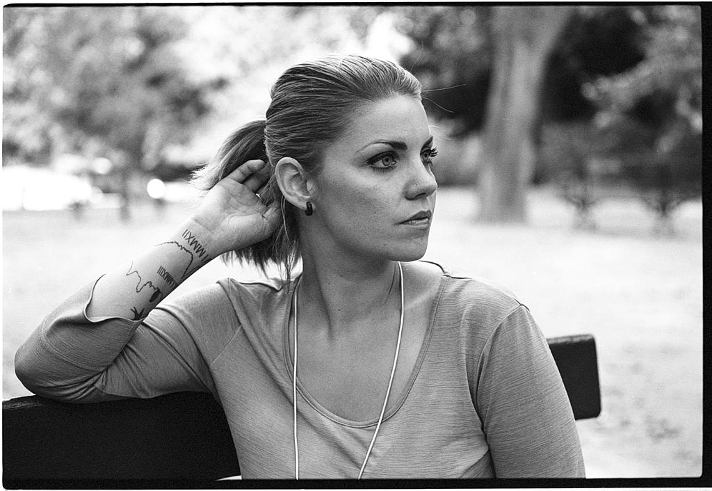 Portrait d'une jeune femme sur un banc en nb argentique - Photographie d'avant à Lille