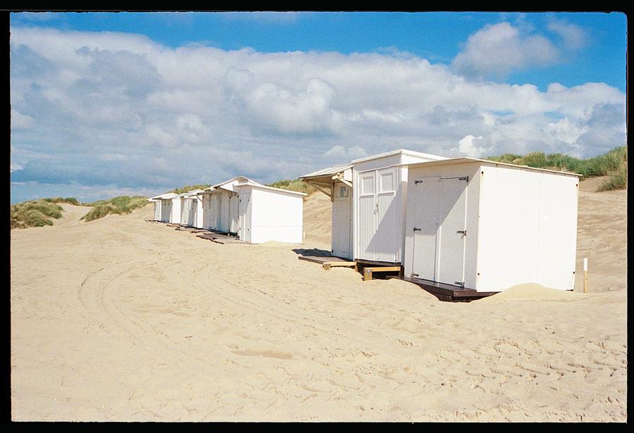 Cabines de plage à De Haan sur pellicule Kodak Ultramax 400. Tests  couleur argentique en Belgique. Travaux de numérisation haute définition à Lille par correspondance.