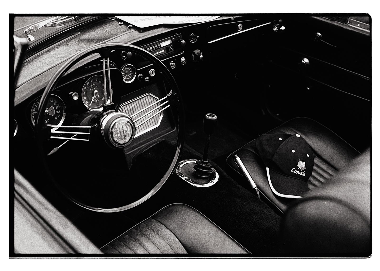 Intérieur voiture de collection en noir et blanc argentique